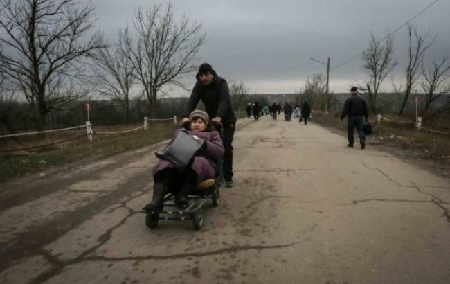 Фото: Люди на линии разграничения(vk.com/СтаницаЛуганскаяУкраина)