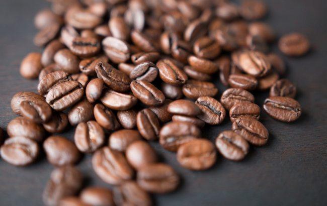 Фото: зерна кофе (unsplash.com/Mark Daynes)