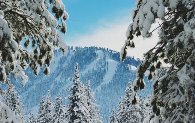 Фото: у Карпатах зберігається сніголавинна небезпека (unsplash.com/Wil Stewart)