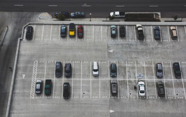 Фото: Парковка (unsplash.com/John Matychuk)