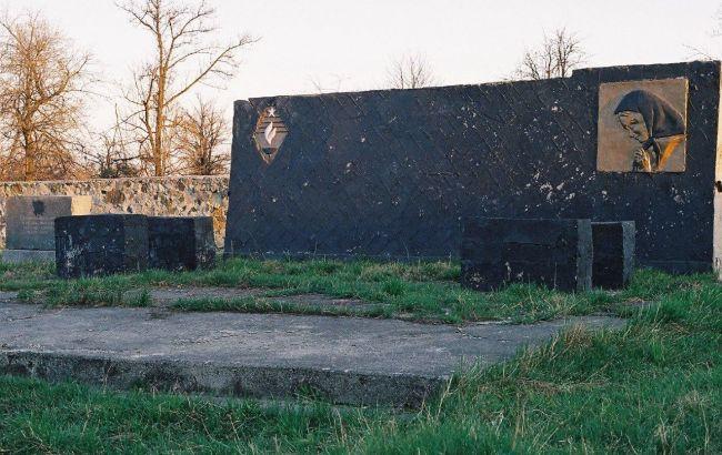Фото: меморіальна дошка до руйнувань