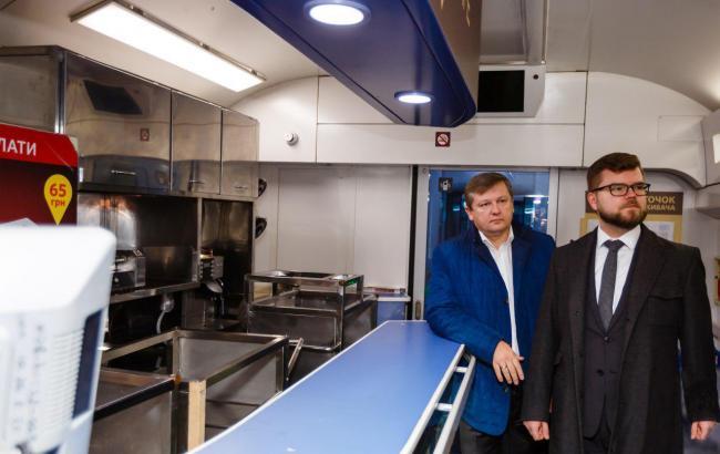 """Фото: руководитель """"Укрзализныци"""" Евгений Кравцов проверил состояние вагонов-ресторанов в поездах """"Интерсити"""""""