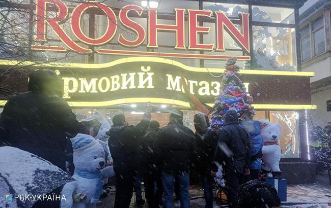 """Фото: активісти біля магазину """"Рошен"""" (РБК-Україна)"""
