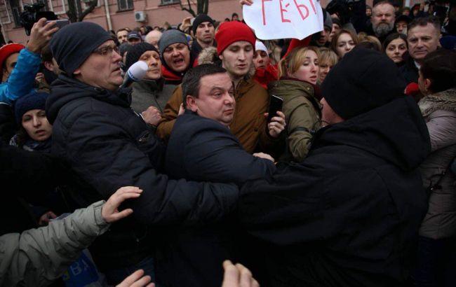 Фото: Дмитро Ценов на мітингу під главком поліції (РБК-Україна)