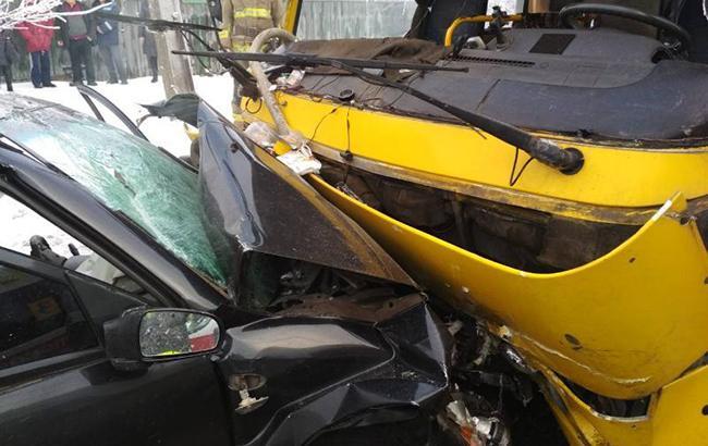 В Мариуполе в результате ДТП с маршруткой пострадало 5 человек, - ГСЧС