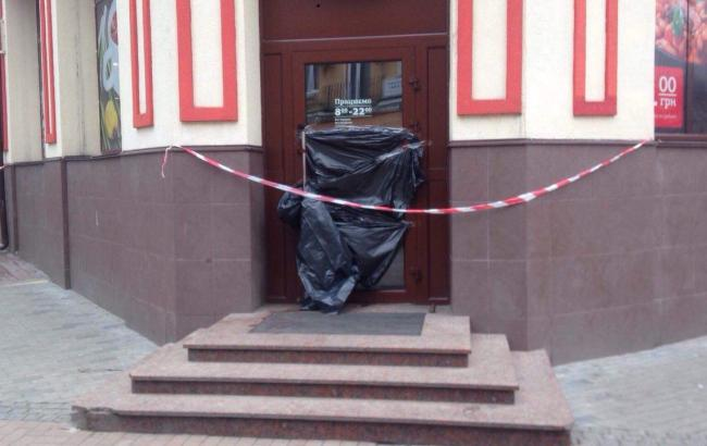 У київському кафе на Подолі виявили чоловіка з перерізаним горлом