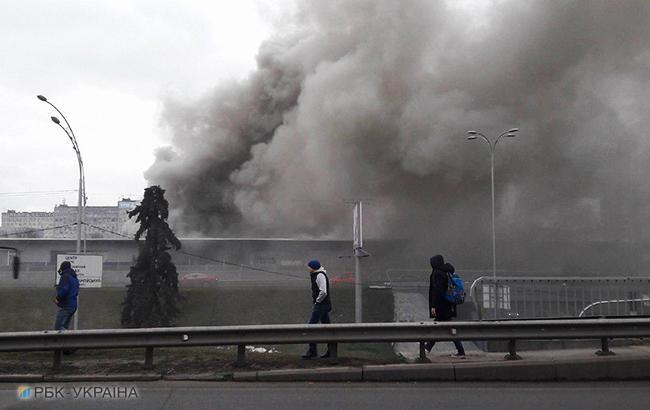 """Пожежа на """"Лівобережній"""": біля станції метро горять кіоски"""