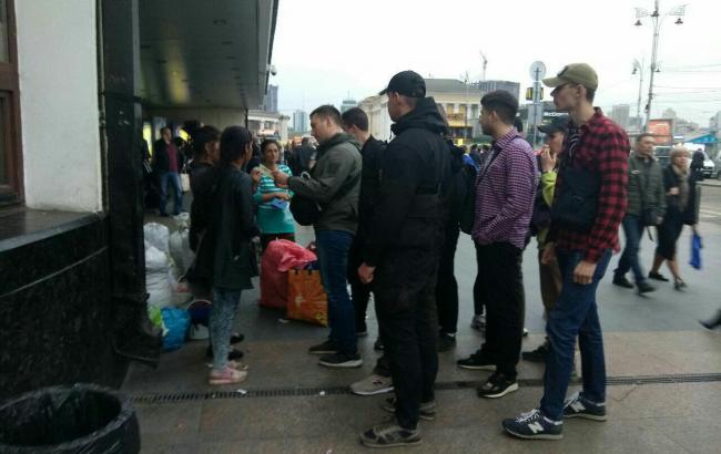 Фото: Націоналісти перевірили ромів на вокзалі (С14-Telegram)