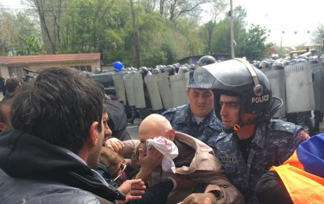 На площади Республики в Ереване начались задержания активистов