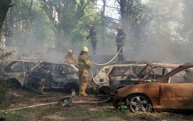 Клубы черного дыма: возле 'Столичного рынка' в Киеве загорелись 20 автомобилей