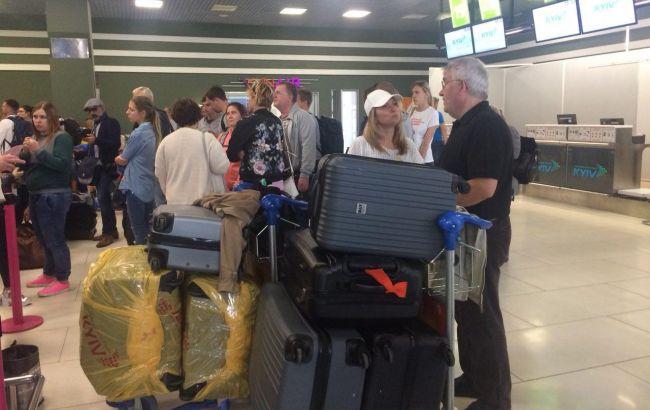 """Фото: пассажиры ждут своих рейсов в аэропорту """"Киев"""" (РБК-Украина)"""