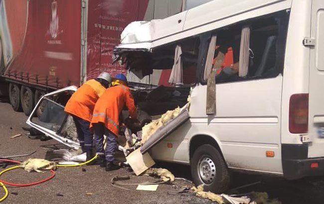На трассе Киев-Чоп пассажирский автобус столкнулся с грузовиком, 10 погибших