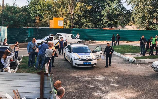 У Києві на жінку впала металева балка біля новобудови