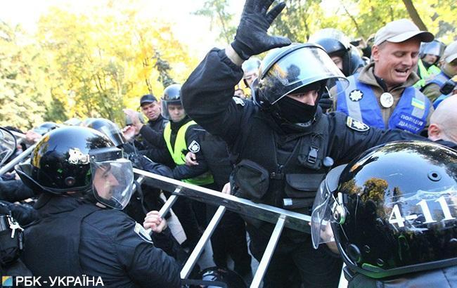 Фото: активисты ОУН пытаются снести памятник Ватутину (РБК-Украина, Виталий Носач)