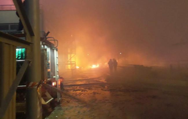 Фото: пожар на заводе в Южном (odesa.dsns.gov.ua)