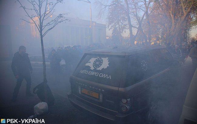 """Під Радою на акції """"Автоєвросили"""" мітингувальники напали на депутата"""