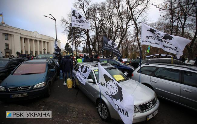 """У Києві """"євробляхи"""" заблокували громадський транспорт"""