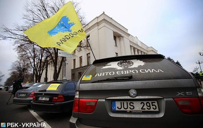 """В Украине владельцы """"евроблях"""" массово перекрывают дороги"""