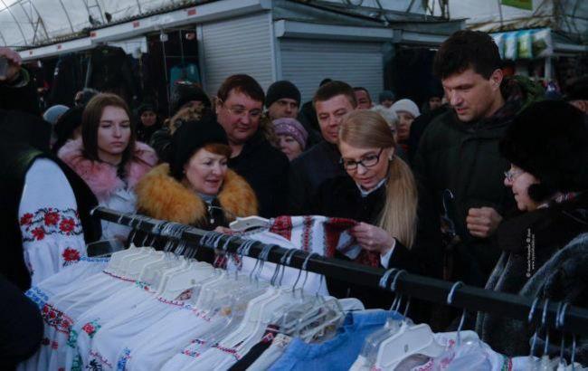 Юлія Тимошенко купила сало і вишиванки на ринку в Чернігові