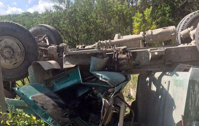 У Харкові вантажівка впала з моста, є постраждалий
