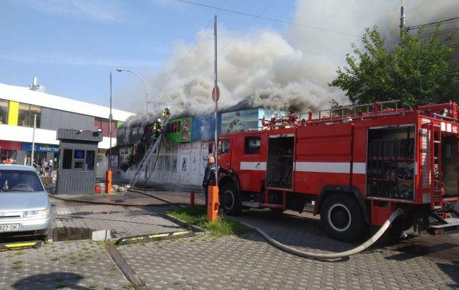 Сильна пожежа біля метро в Києві: з'явилося епічне фото і відео