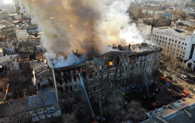 В Одесі продовжують гасити пожежу у коледжі