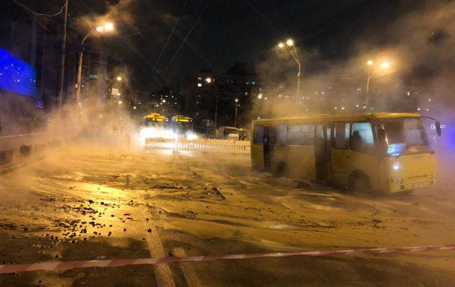 В Киеве возле Ocean Plaza прорвало трубу с горячей водой