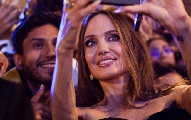 В облегающем платье на шопинг: Анджелина Джоли подчеркнула идеальную фигуру соблазнительным нарядом
