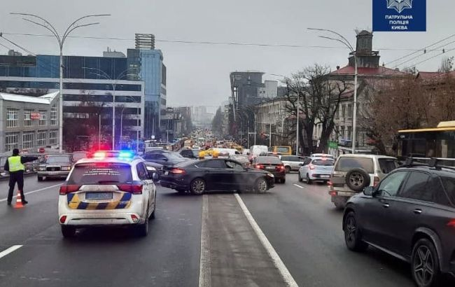 В Киеве на Шулявском мосту упали электроопоры, движение ограничено