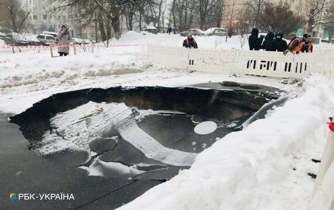 На Куреневке в Киеве провалился асфальт, движение перекрыто