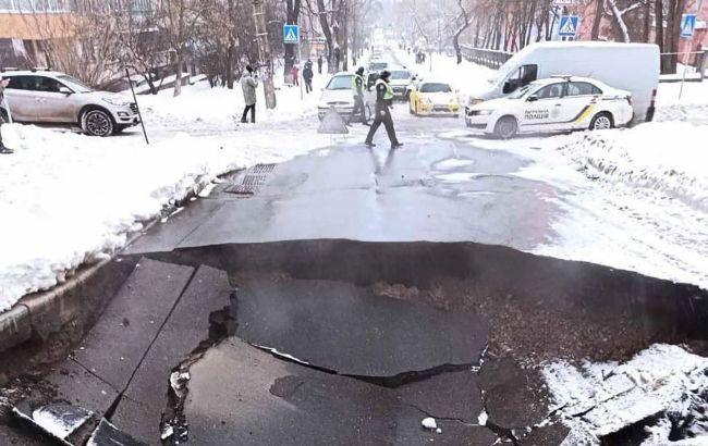 На Куренівці в Києві провалився асфальт: стала відома причина