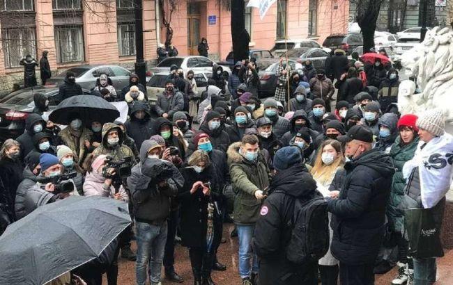 Прикарпатье и Черновцы вышли на протест из-за жесткого карантина