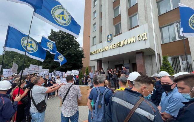 Рабочие завода в Николаеве вышли на митинг под апелляционный суд