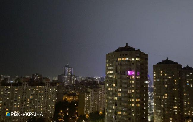 Київ знову накрила гроза: відео наслідків негоди