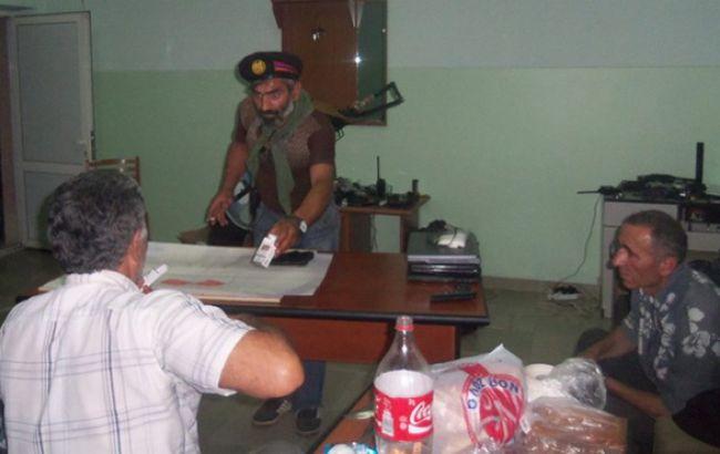 """Фото: вооруженная группа """"Сасна Црер"""" в захваченном здании полиции в Ереване"""