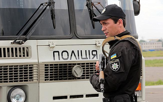 Фото: полицейский с автоматом (mvs.gov.ua)