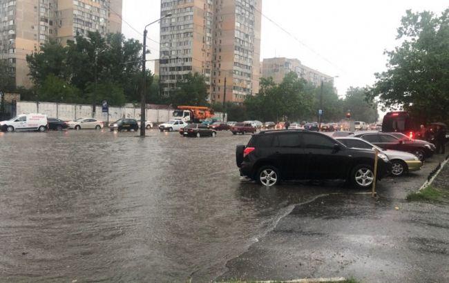 Ливень в центре Одессы: затопило улицы, часть трамваев и троллейбусов стоит