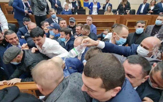 На сесії Одеської облради сталася бійка, постраждали нардеп та поліцейський