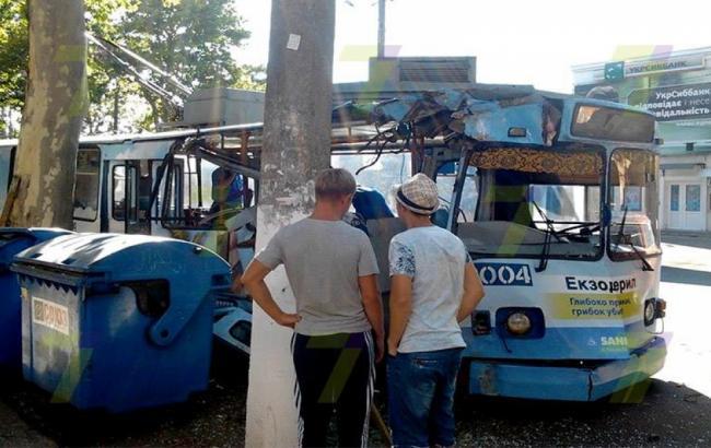 Фото: в Одесі тролейбус наїхав на дерево