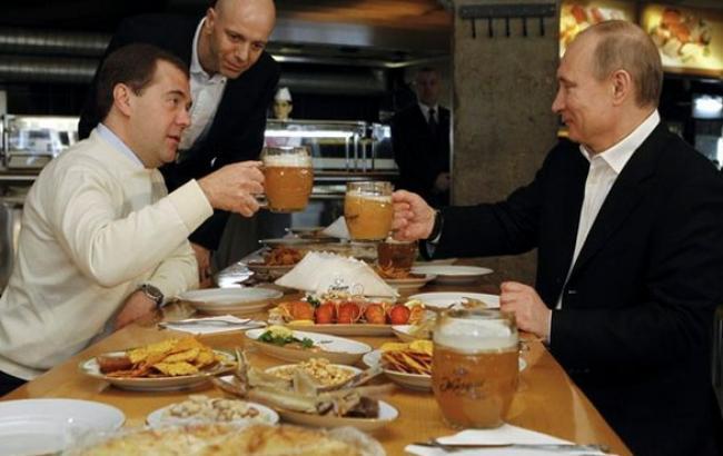 Фото: Владимир Путин и Дмитрий Медведев в питерском пабе (rt.com)