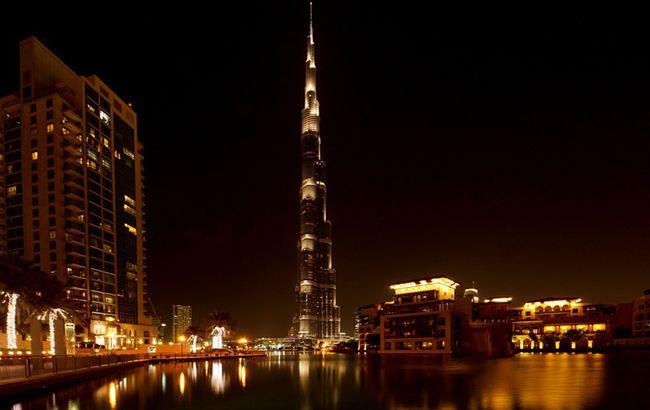 Самое высокое здание мира поразила молния: впечатляющие видео и фото