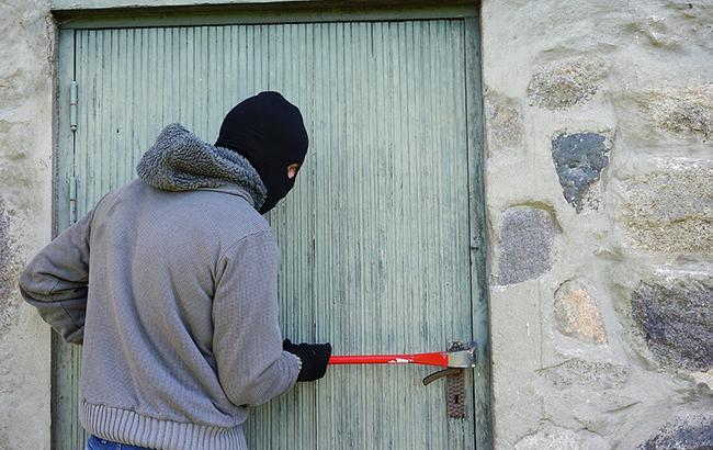 """""""Налякали до смерті дівчину"""": в мережі розповіли, як працюють """"зломщики"""" квартир (відео)"""