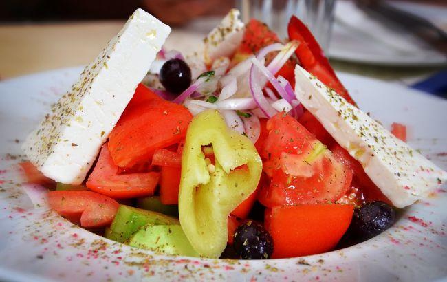 Кулинар поделился рецептом настоящего греческого салата: ничего лишнего!
