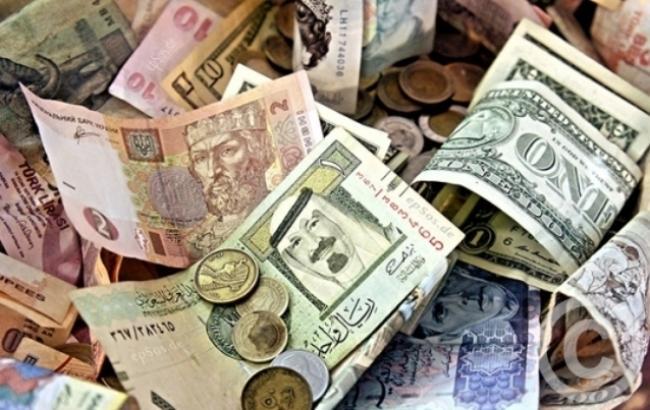 Курс доллара на межбанке в 12:45 снизился до 27,12 гривны/доллар