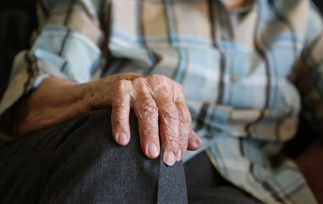 Под Киевом жена выгнала пожилого мужа из дома: он поселился в будке