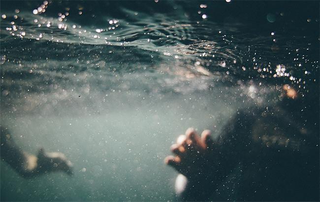 Трималася за потонулого батька: у Запорізькій області врятували з моря маленьку дівчинку