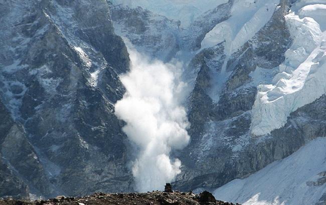 Синоптики предупредили о сильном ветре в Приазовье и лавинах в Карпатах