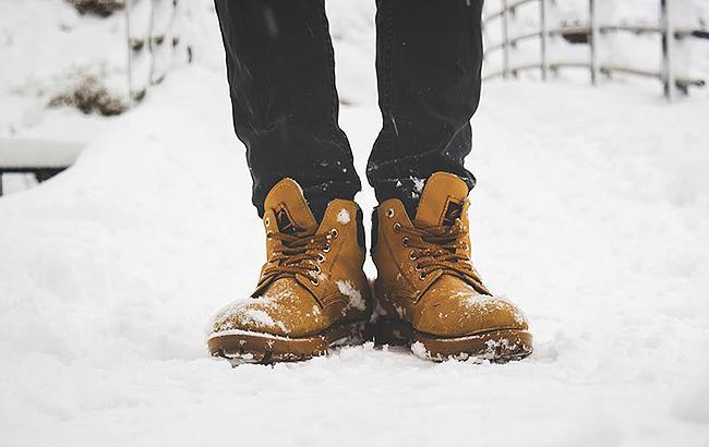 Как защитить обувь зимой: украинцам дали советы (видео)