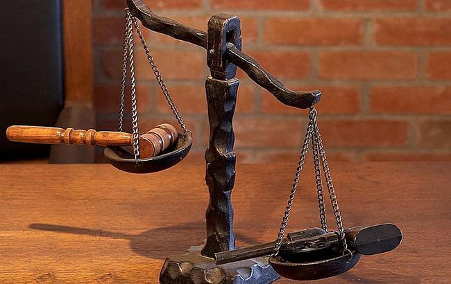 Фото: судебный молоток на весах (pixabay.com/PublicDomainImages)