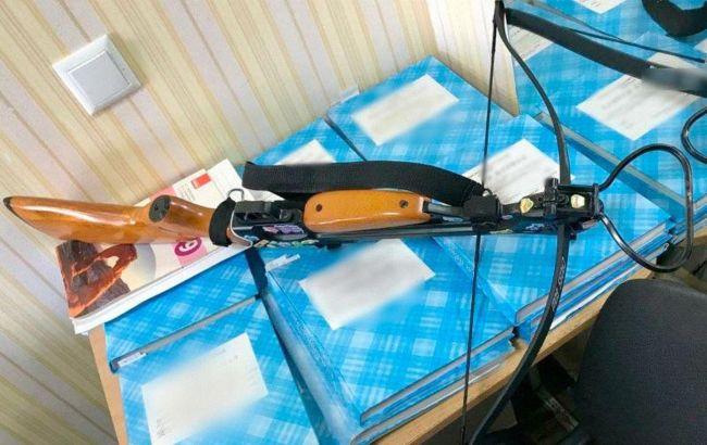 В Полтаве девушка устроила стрельбу из арбалета в школе: есть раненые